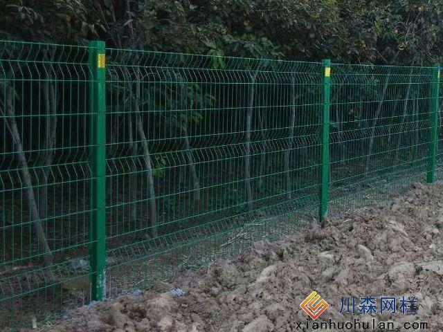 其中有双边护栏网,与立柱通过边耳固定在一起 ,还有一款是圆形抱卡把